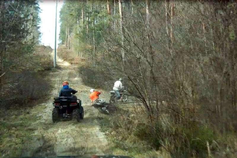 quadowcy i crossowcy w lesie