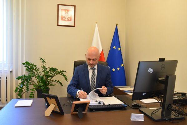 Minister Klimatu Michał Kurtyka podczas podpisywania umowy